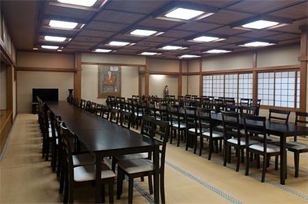 広間にテーブルと椅子