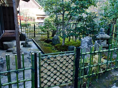 真新しい竹垣